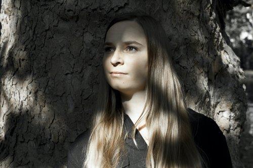 foto meisje bij boom
